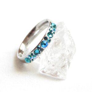 Úzký tyrkysovo-bílý prstýnek