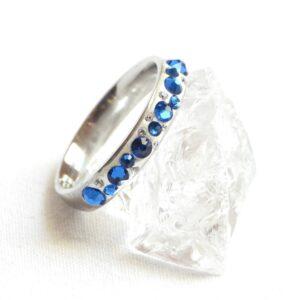 Úzký tmavě modro-bílý prstýnek