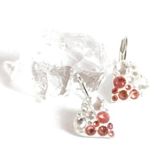 Korálově červeno-bílá srdíčka nakřivo